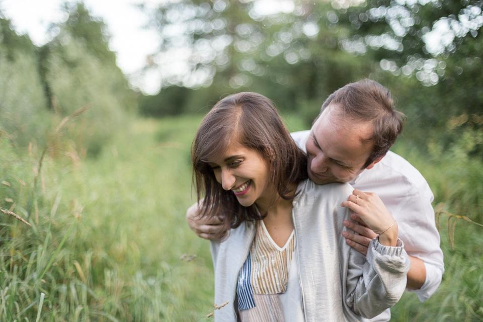 photographe-mariage-lyon-lenagphotography-seance-engagement-champetre-golden-hour (11)