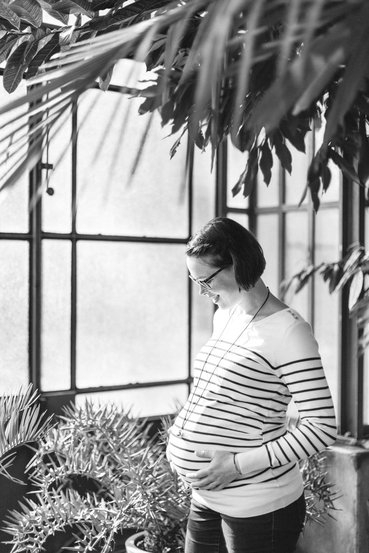 photo de grossesse a lyon en noir et blanc