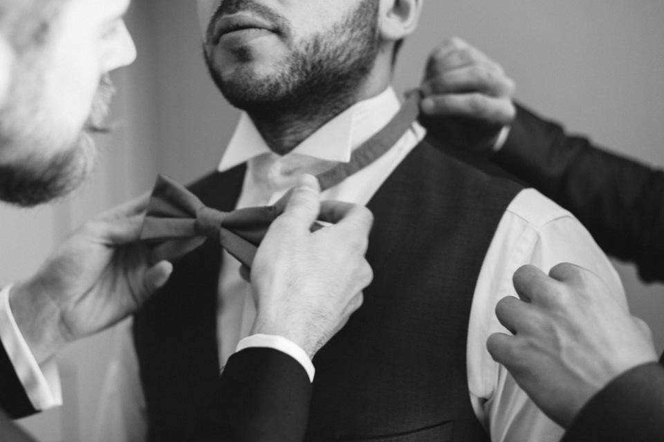 habillage du marié avec ses témoins au domaine de vavril