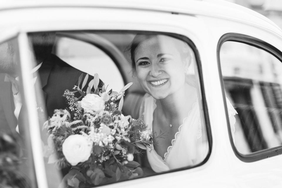 la mariée dans la voiture sur la route du domaine de vavril