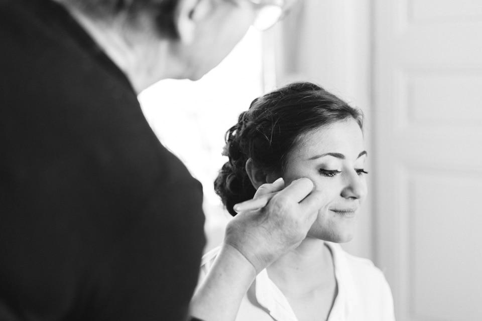 make up de la mariée pendant ses préparatifs au domaine de vavril