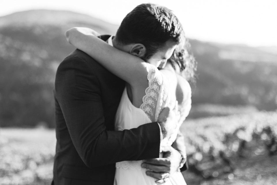photo des mariés en noir et blanc au domaine de vavril