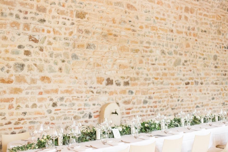 décor de mariage en vert et blanc au chateau des ravatys dans le beaujolais
