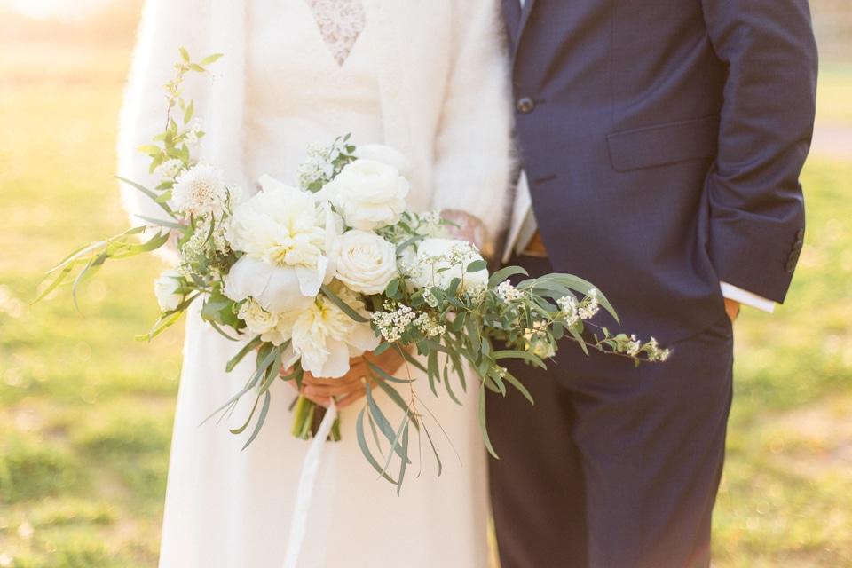 zoom sur le bouquet de la mariée pendant la séance photo de couple