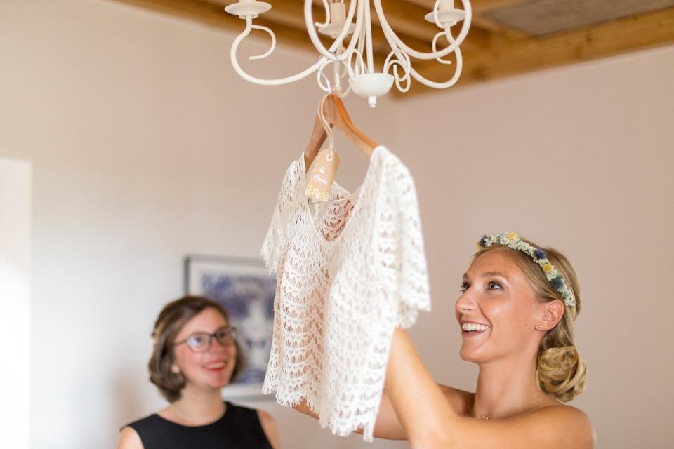 habillage de la mariée au gîte du Château de Saint Marcel de Félines