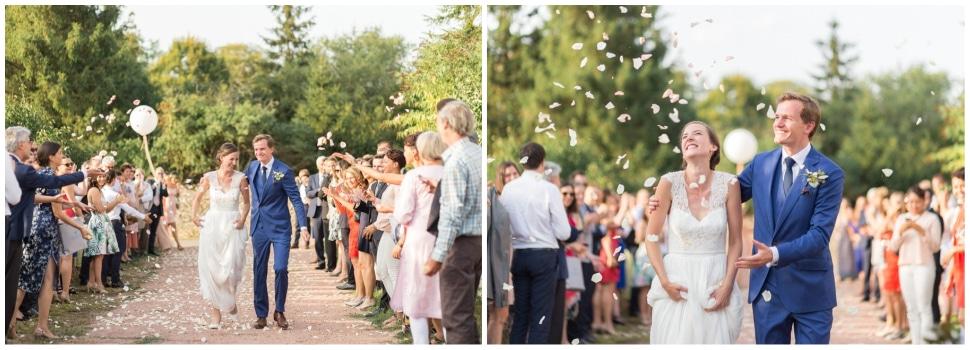 arrivée des mariés à la maison familiale en bourgogne après la cérémonie de mariage