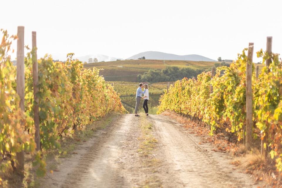 couple dans les vignes lors d'une séance engagement à lyon