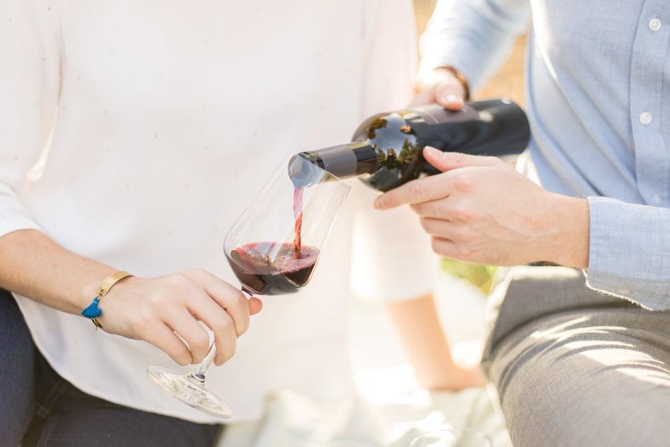 dégustation de vin pendant la séance engagement dans les vignes vers lyon