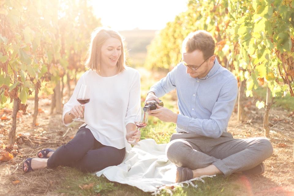 séance engagement à lyon avec une dégustation de vin pour les futurs mariés