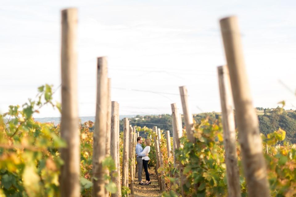 photo de couple dans les vignes en octobre à lyon