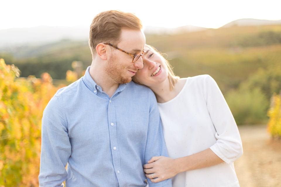 séance photo de couple naturelle a lyon dans les vignes