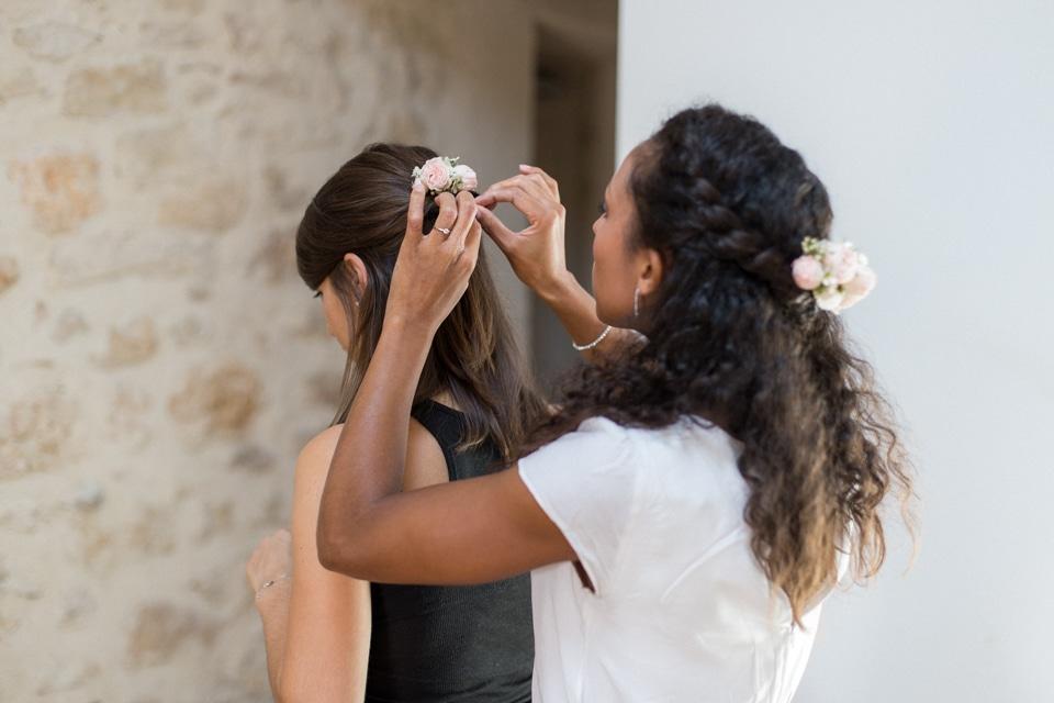 préparatifs de la mariée avec ses témoins dans la drome aux mejeonnes