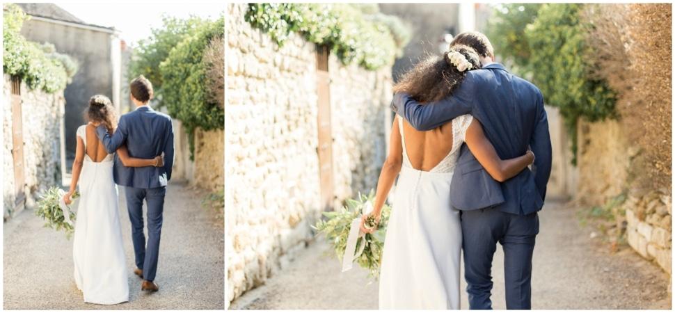 photo de couple de mariés dans les rues de grignan