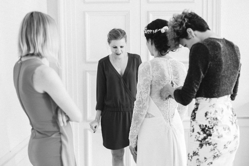 habillage de la mariée pendant ses préparatifs au chateau des ravatys