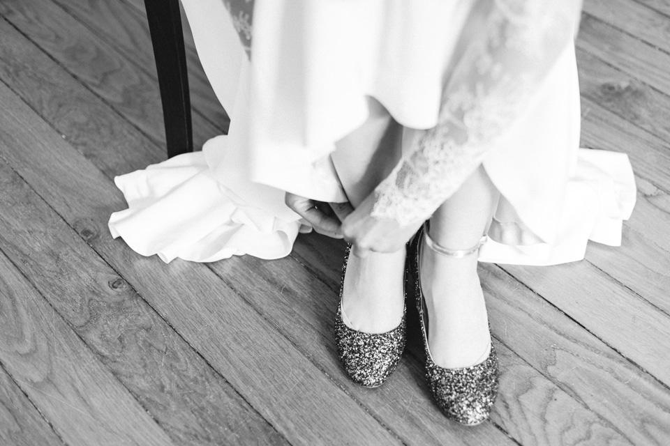 chaussures à paillettes de la mariée
