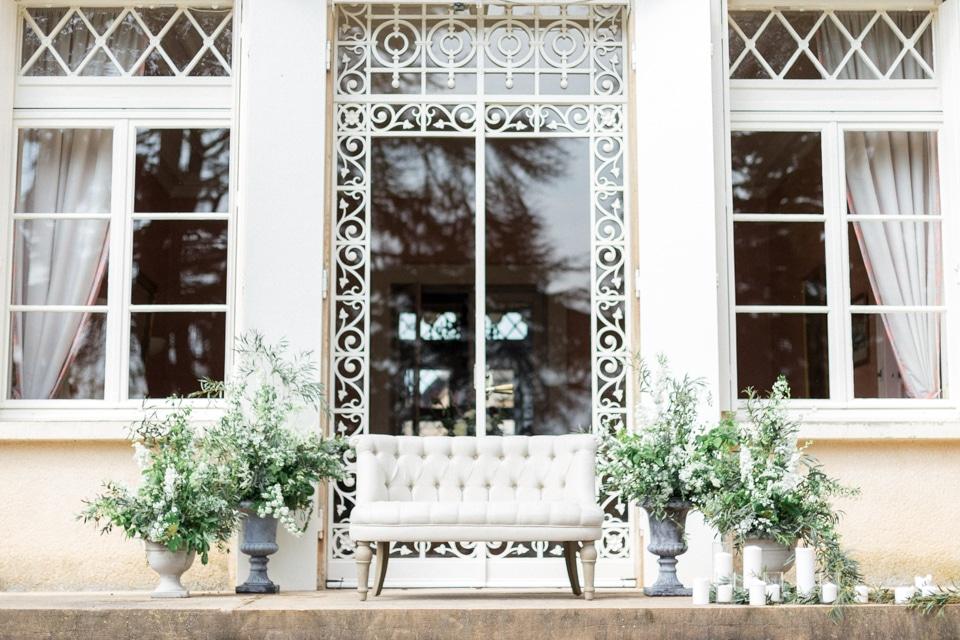 décor de cérémonie en extérieur au chateau des ravatys par fleurs de fée