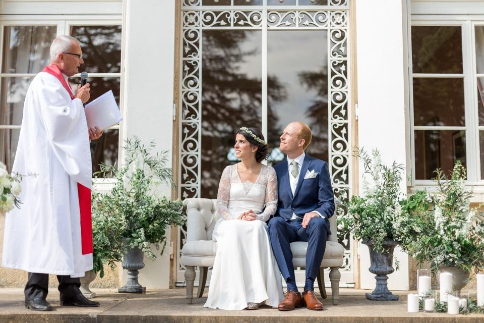 cérémonie de mariage devant le chateau des ravatys