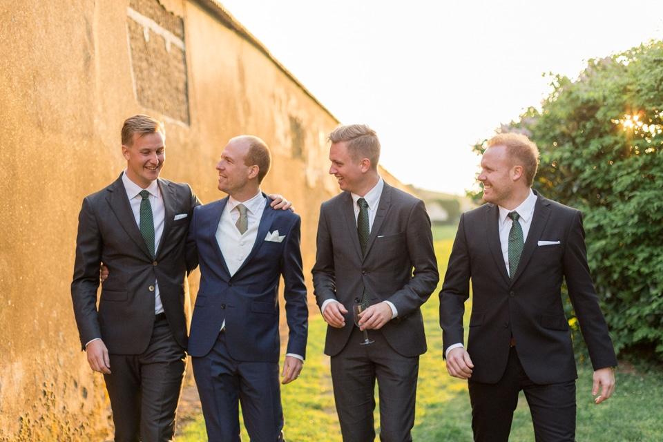 le marié et ses témoins au chateau des ravatys
