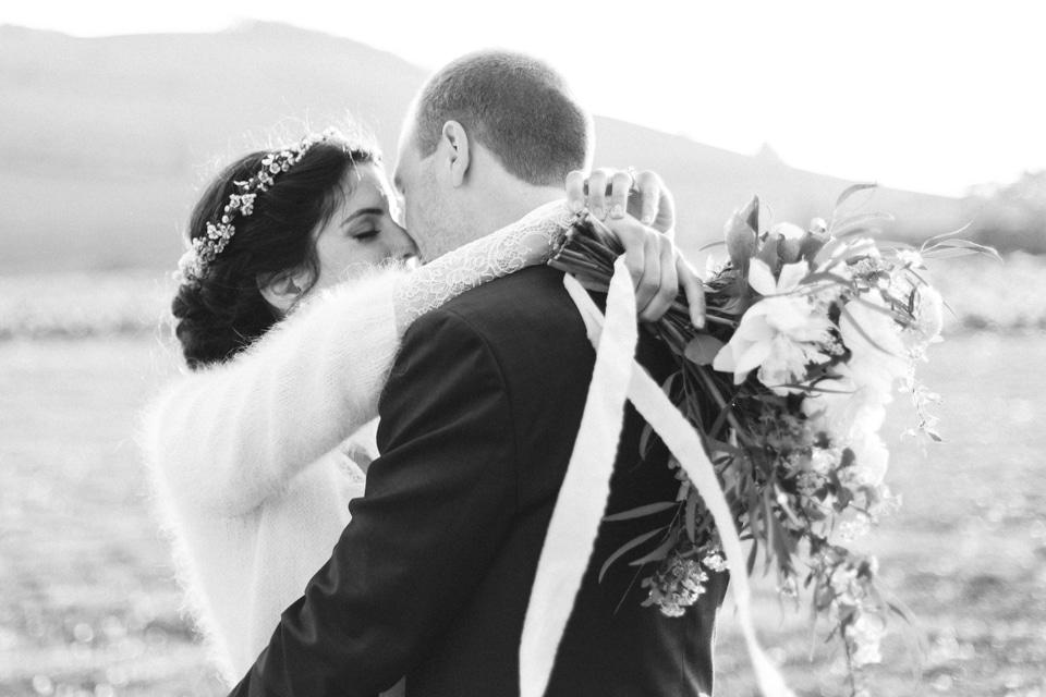 les mariés en noir et blanc au chateau des ravatys