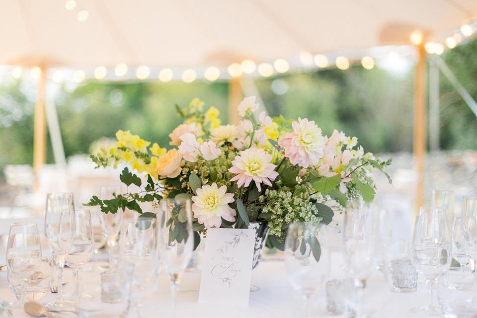 décoration de tables du diner sous une tente dans le jardin de la maison familiale en bourgogne