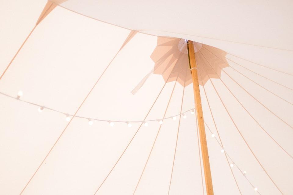 diner de mariage sous une tente avec des guirlandes lumineuses en bourgogne dans le jardin familial