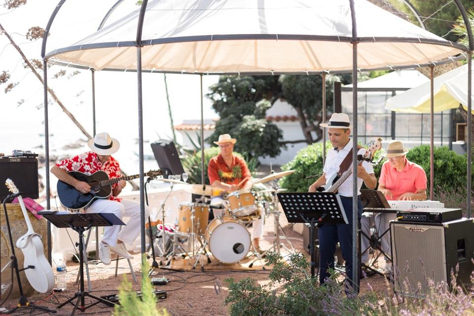 musiciens pendant le cocktail du mariage à la villa mauresque