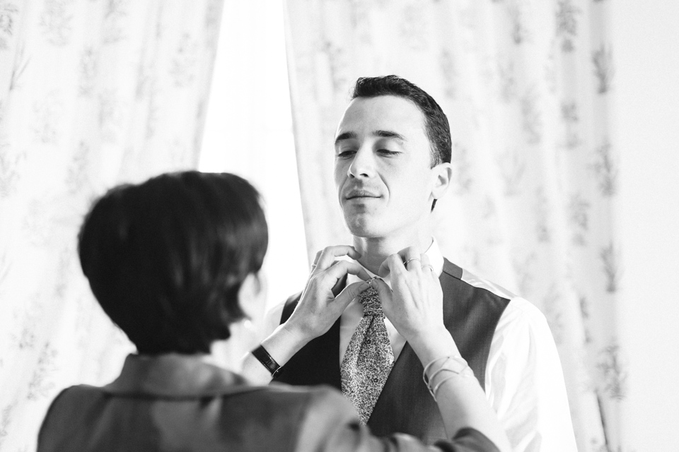 le marié se prépare avec sa mère à santenay au gite