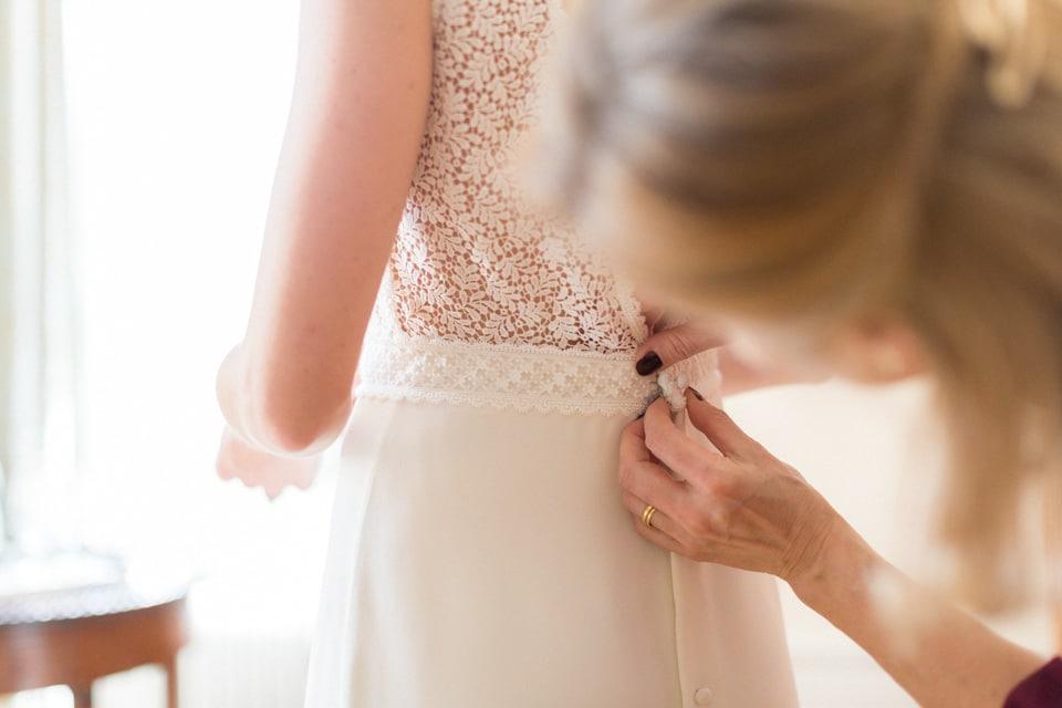 habillage de la mariée dans sa robe laure de sagazan à santenay
