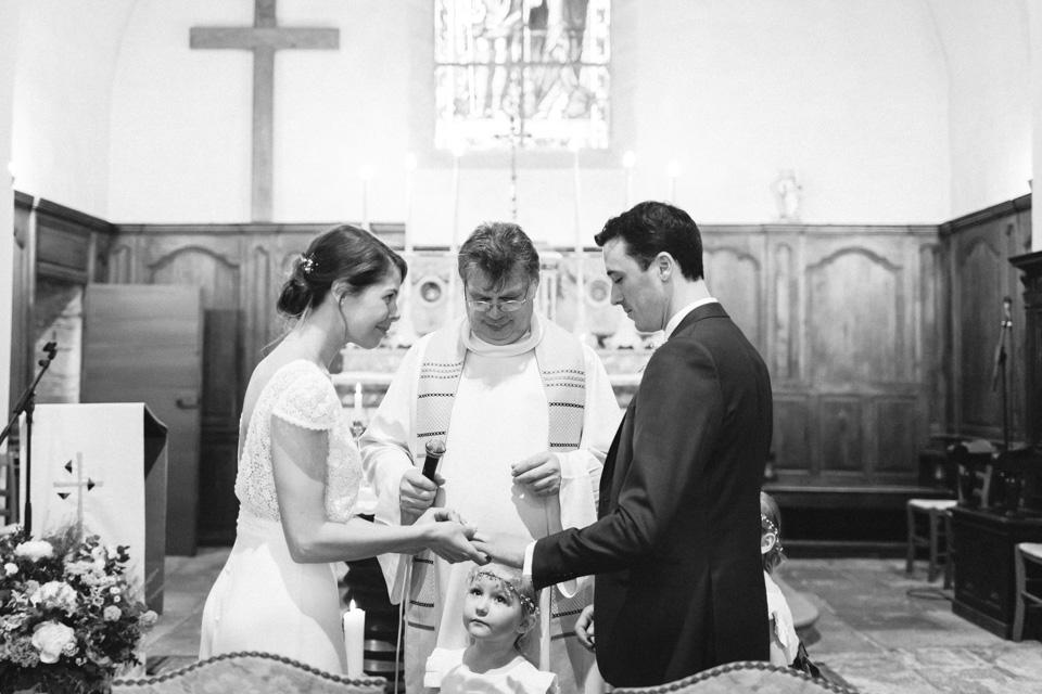 photo de cérémonie religieuse en noir et blanc en bourgogne