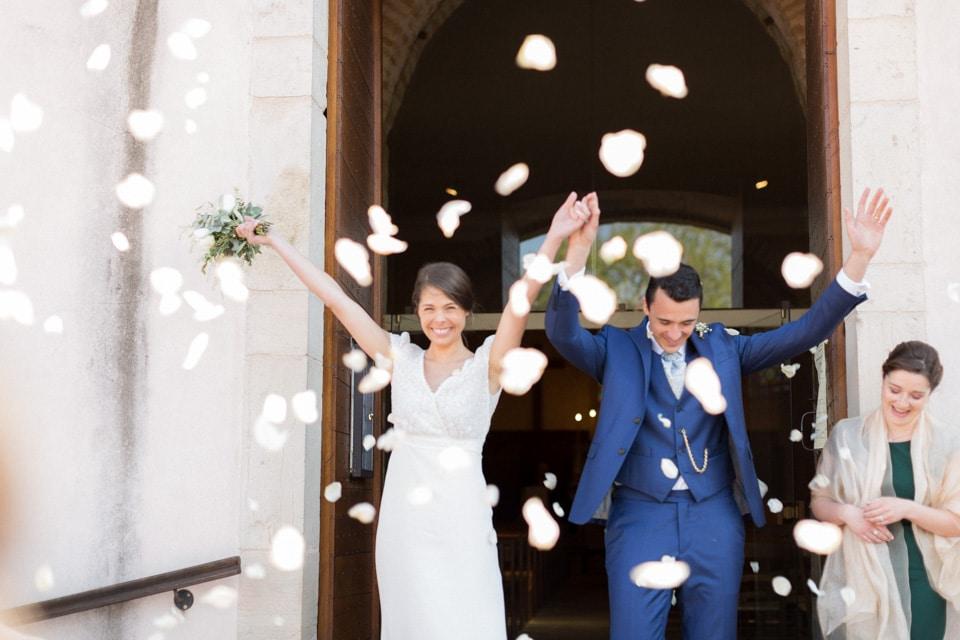 sortie d'église des mariés sous des pétales de rose en bourgogne
