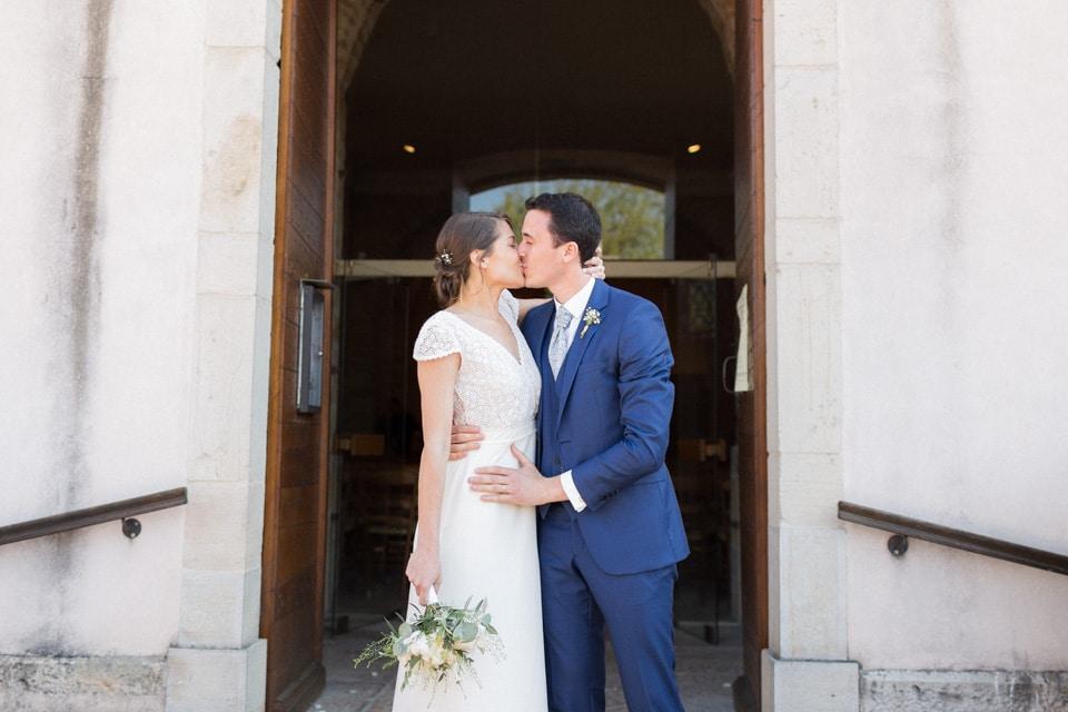 baiser des mariés sur le parvis de l'église en bourgogne