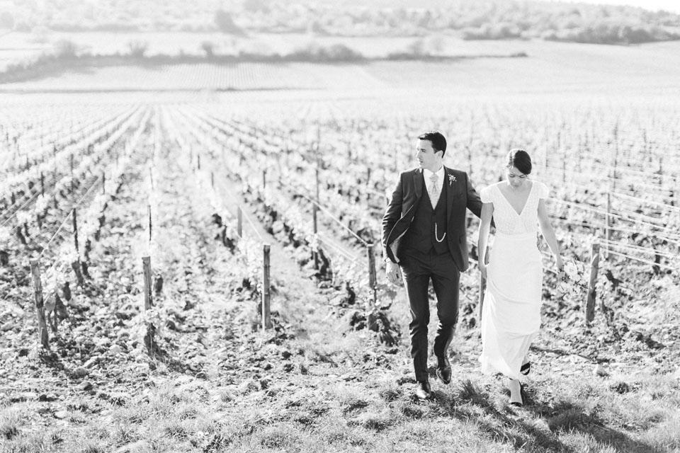 photo des mariés en noir et blanc en bourgogne