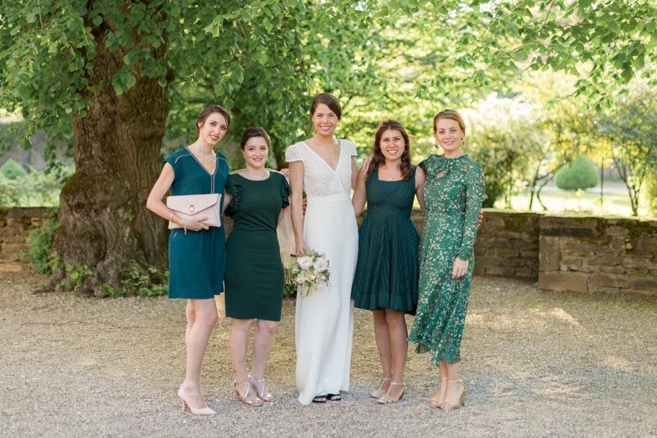la mariée et ses témoins en vert et blanc au chateau de santenay en bourgogne