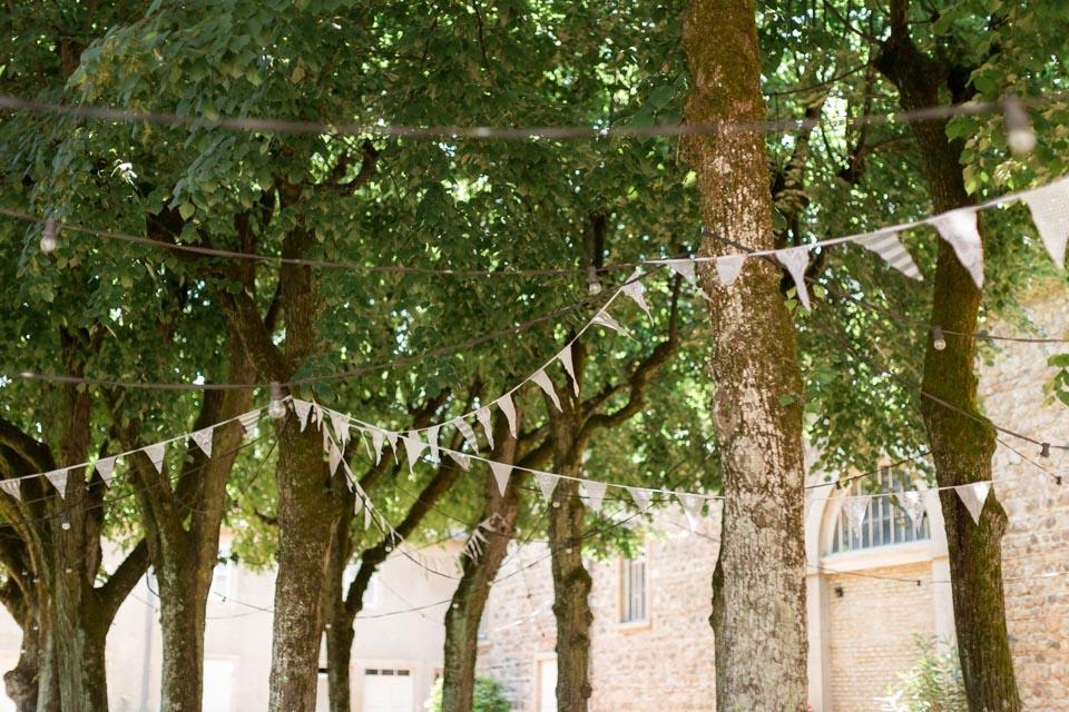 fanions dans les arbres au chateau des ravatys