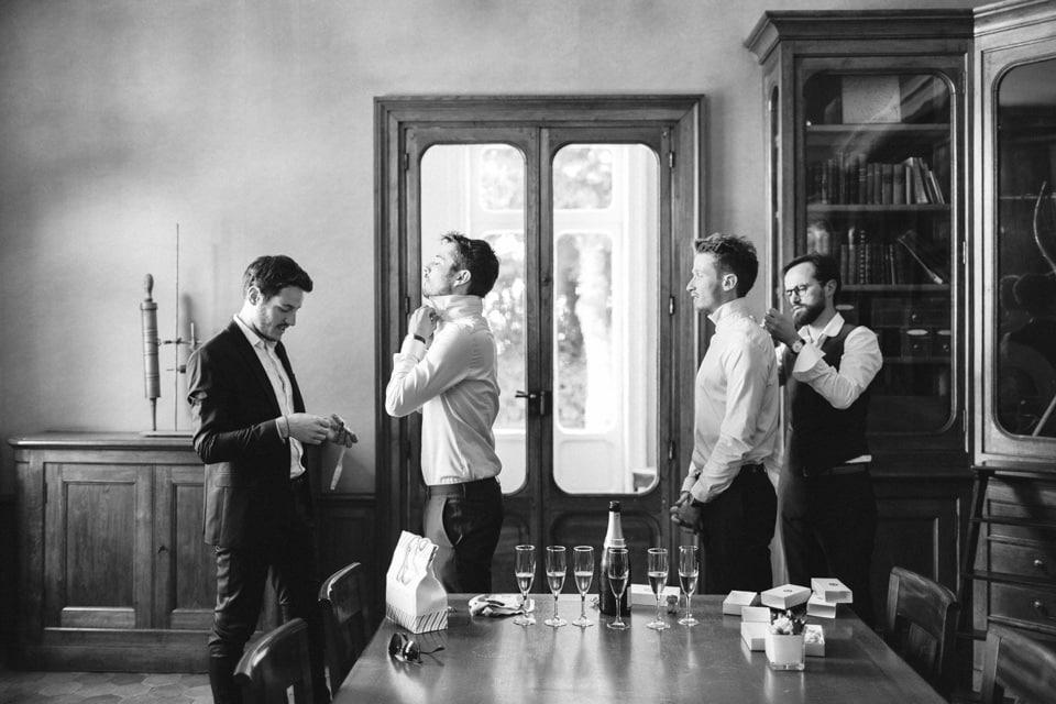 préparatifs du marié en noir et blanc au chateau des ravatys