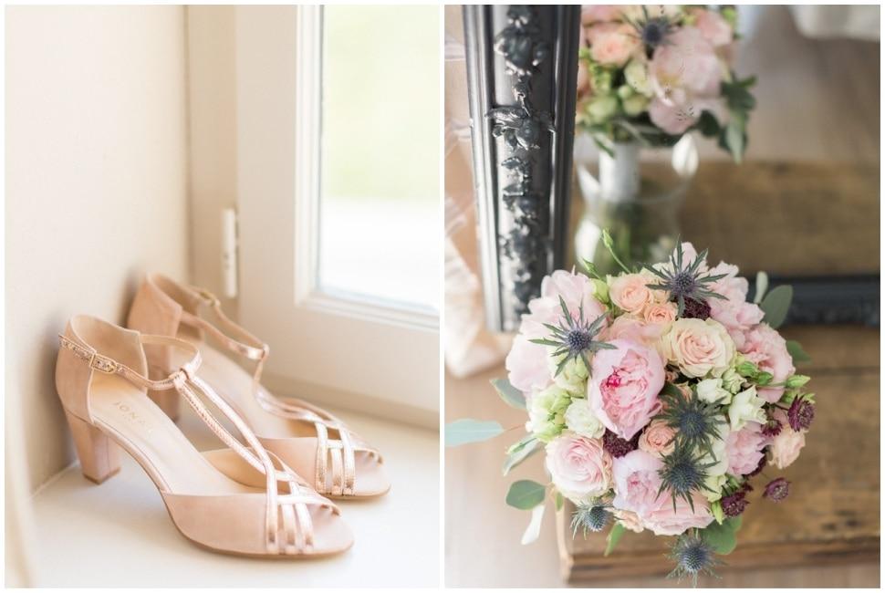 chaussures et bouquet de la mariée au gîte du chateau des ravatys