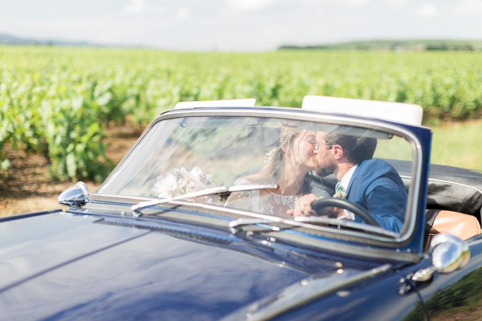 photos de couple des mariés dans leur voiture dans le beaujolais