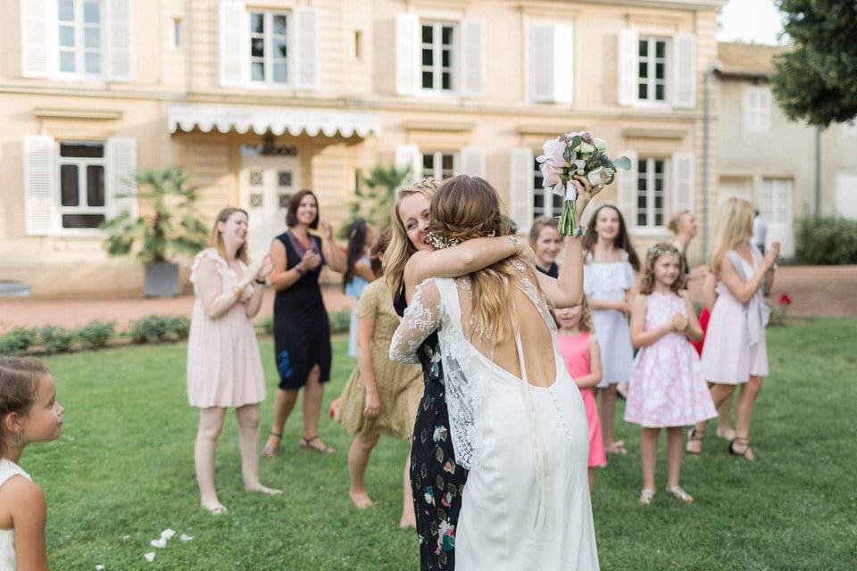 lancer du bouquet de la mariée au chateau des ravatys