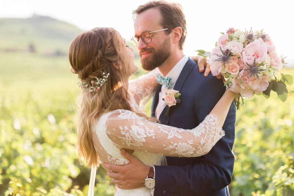 séance photo de mariés dans les vignes au chateau des ravatys
