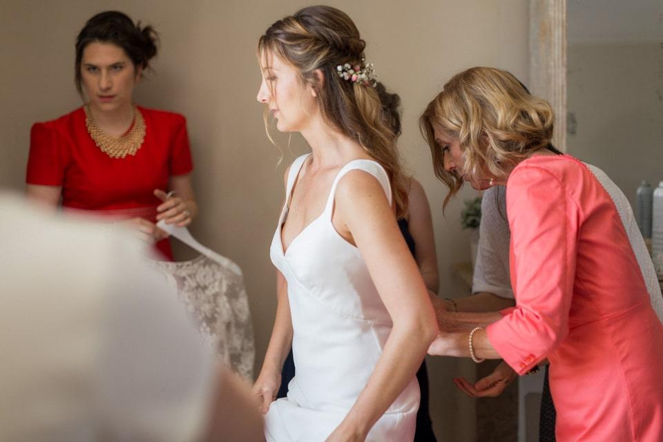 habillage de la mariée au gîte du chateau des ravatys