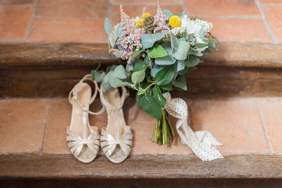 chaussures et bouquet de la mariée au chateau du bourg à perreux
