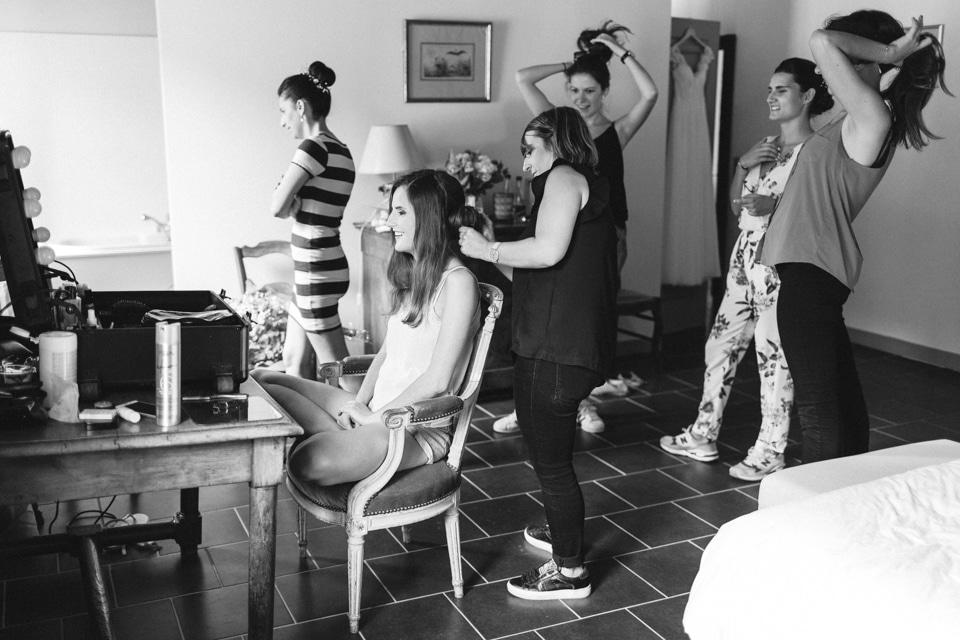 préparation de la mariée avec ses témoins au chateau du bourg à perreux