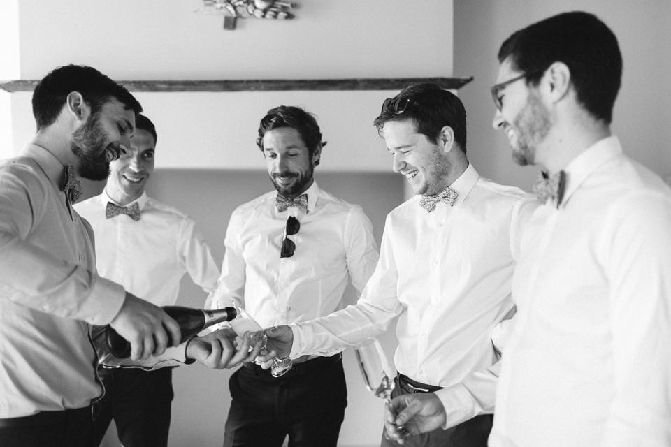 le marié trinque avec ses témoins pendant les préparatifs