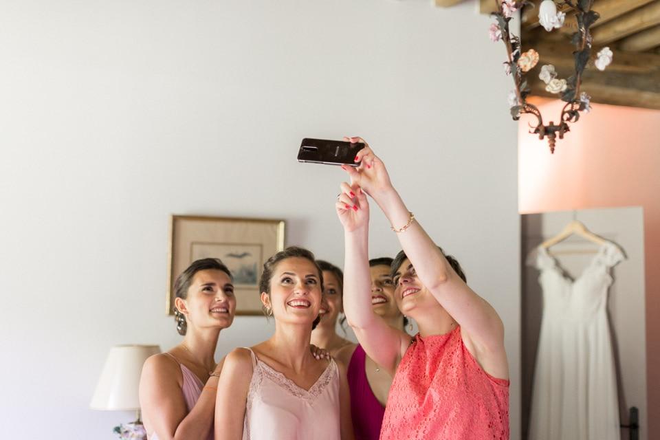 selfie de la mariée et ses témoins au chateau du bourg à perreux