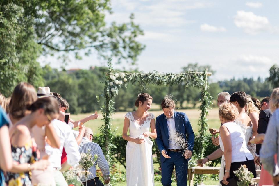sortie des mariés de la cérémonie laique au chateau du bourg