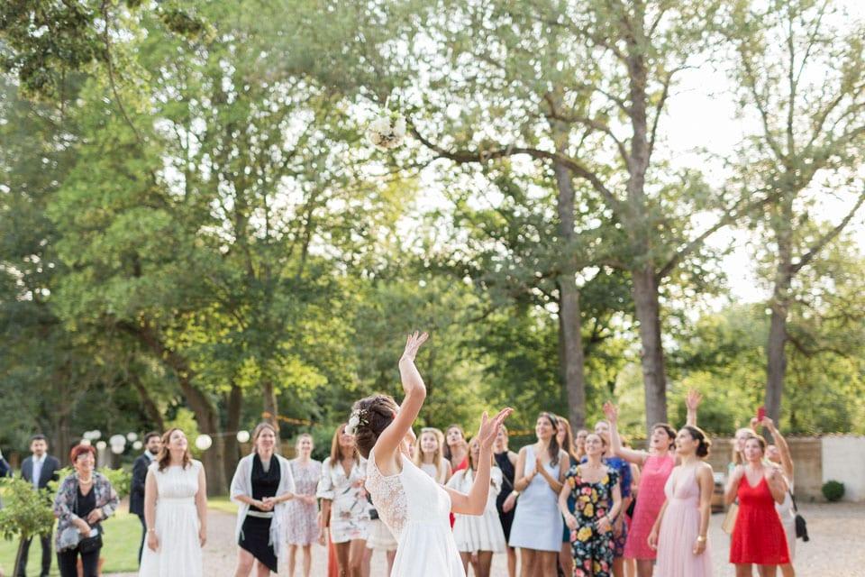 lancer du bouquet de la mariée au chateau du bourg