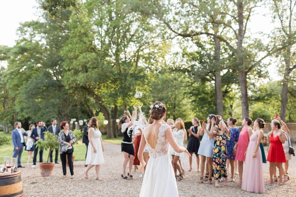 jeté de bouquet de mariage au chateau du bourg