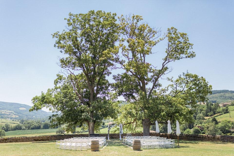 décor de cérémonie laique sous un arbre au chateau de pierreclos