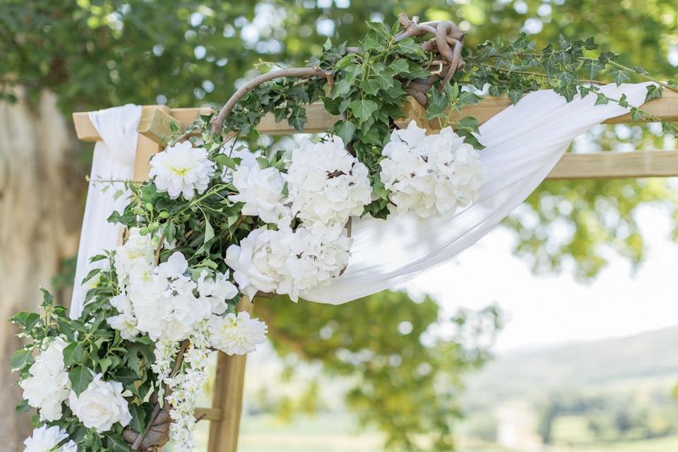 arche fleurie de cérémonie laique de mariage au chateau de pierreclos