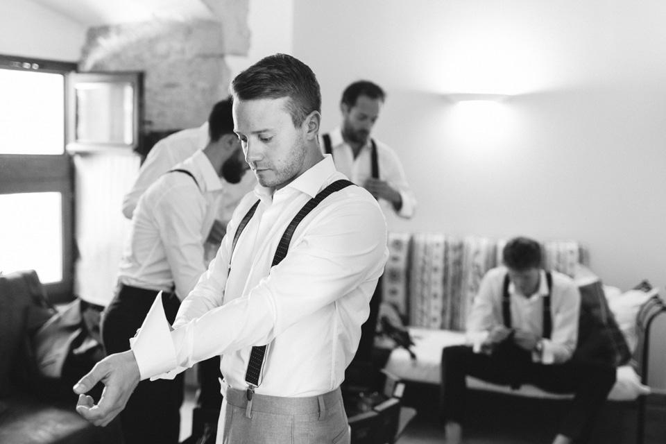 habillage du marié avec ses témoins au chateau de chapeau cornu